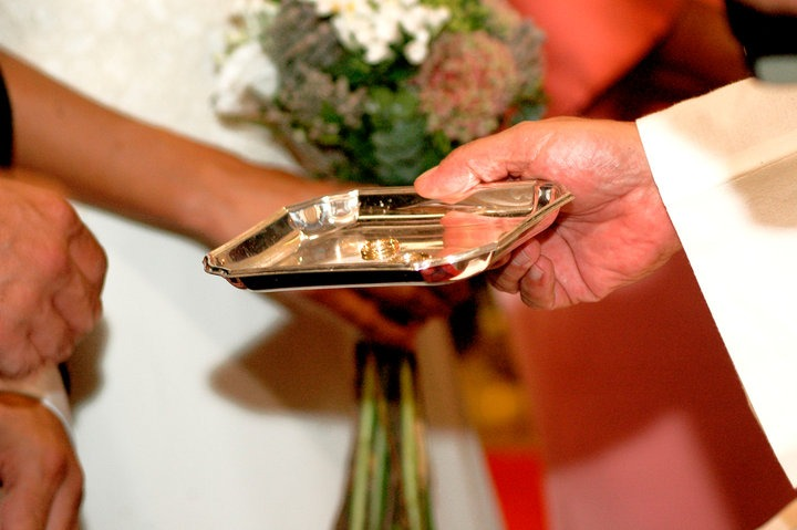 Bendecidos en la Iglesia durante su boda