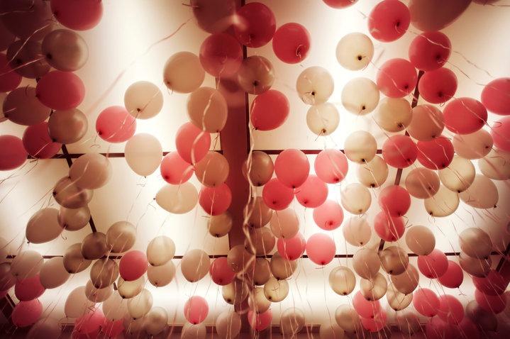Un cielo lleno de globos y colores