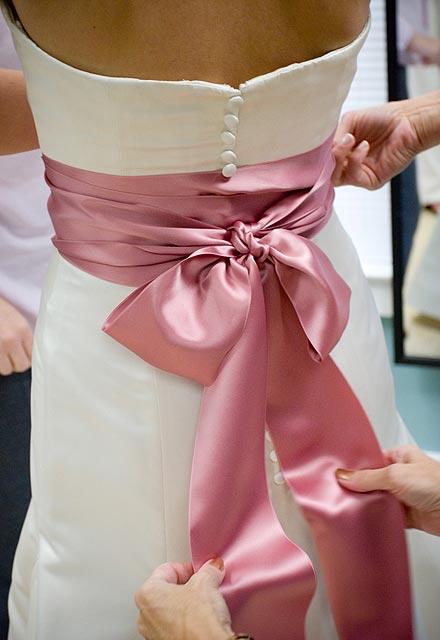 El día de su boda, con un toque de color rosa