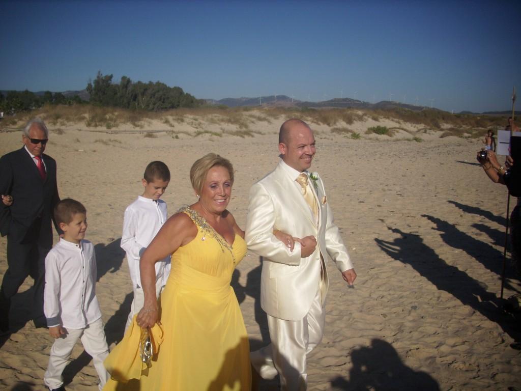 La llegada del novio y la madrina a la ceremonia civil en la playa de Tarifa