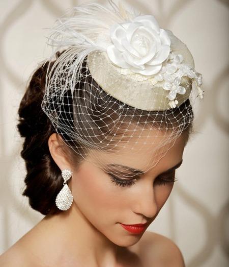 Sombreros para novias organizaci n de bodas en la playa for Tocados elegantes para bodas
