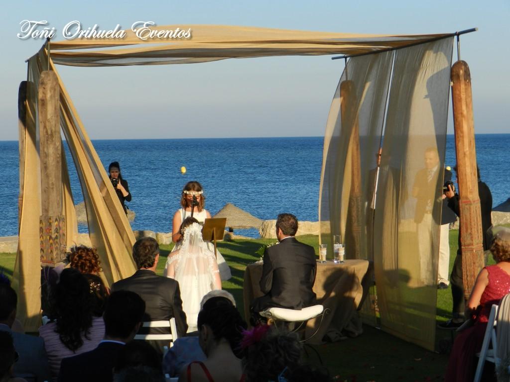 Lectura en la boda en la playa